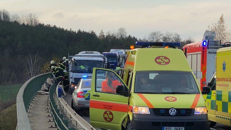 Další tragická nehoda autobusu s dětmi. Srážku s náklaďákem na Mělnicku nepřežila učitelka