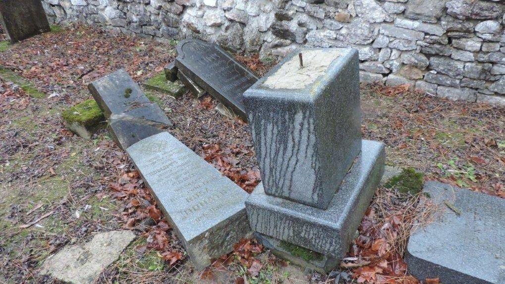 Židovský hřbitov na Slovensku zničili  kluci ve věku 9 až 12 let