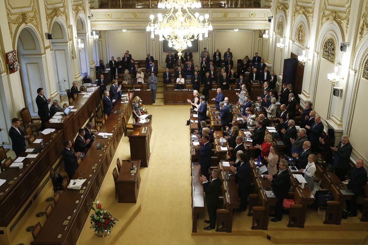 Poslanci uctili Karla Gotta minutou ticha a potleskem