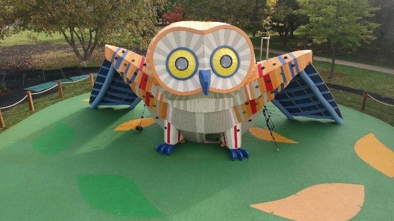 Do Centrálního parku na Praze 13 přiletěla za dětmi obří sova
