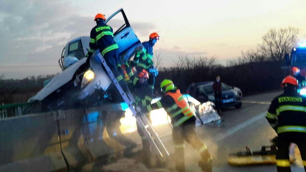 Mladý řidič vyjel na Břeclavsku na betonové zábradlí
