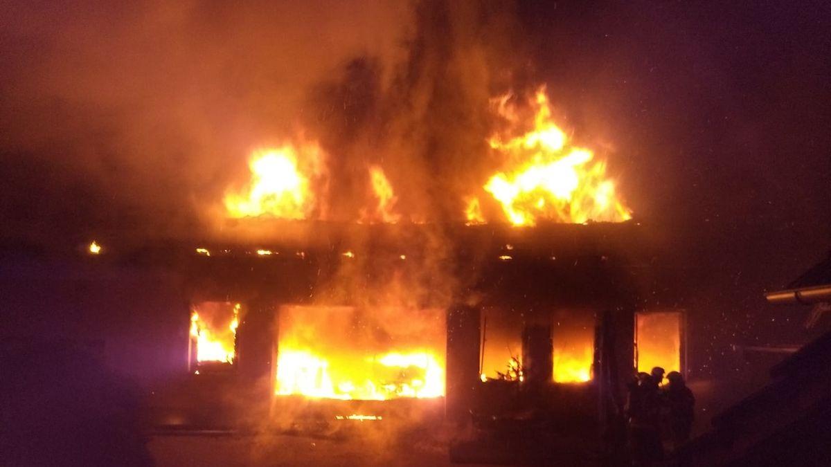 Požár autodílny na Rychnovsku ohrozil penzion, škoda za čtyři miliony