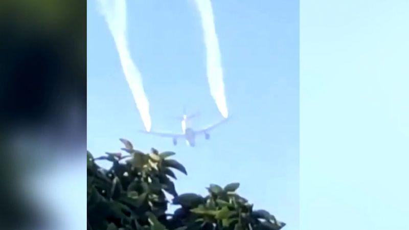 Dopravní letadlo v Los Angeles vypustilo palivo na dětské hřiště