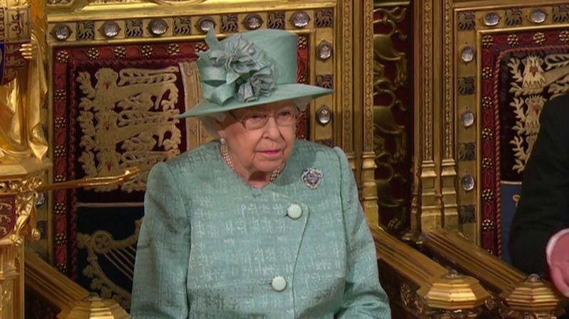 Královna Alžběta II. je po noci v nemocnici zpátky na hradě Windsor