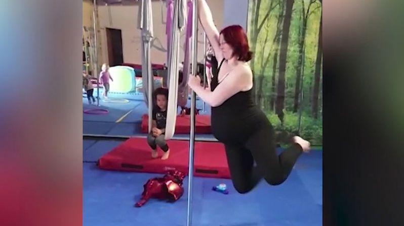 Těhotná žena tancovala u tyče až do porodu
