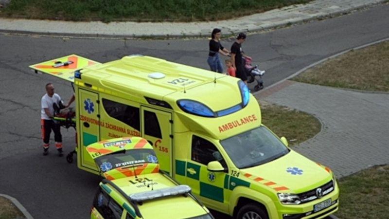 Kriminalisté obvinili dva cizince, kteří surově zbili ashodili zterasy muže