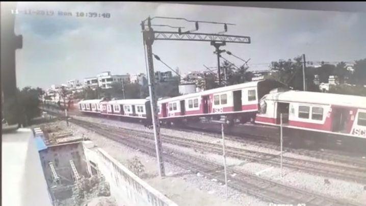 Kamera zachytila čelní srážku dvou vlaků v Indii