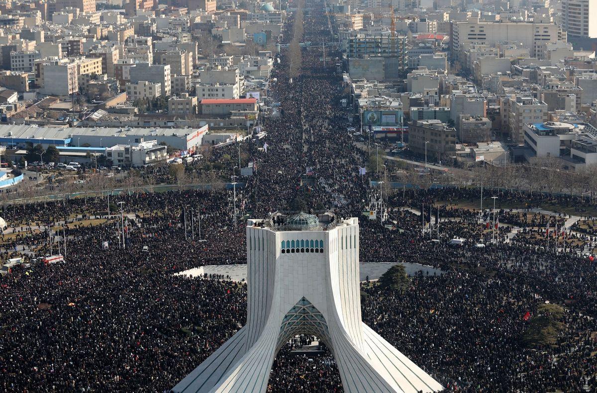 Davy lidí doprovázely v pondělí transport rakve se Sulejmáního ostatky v Teheránu.