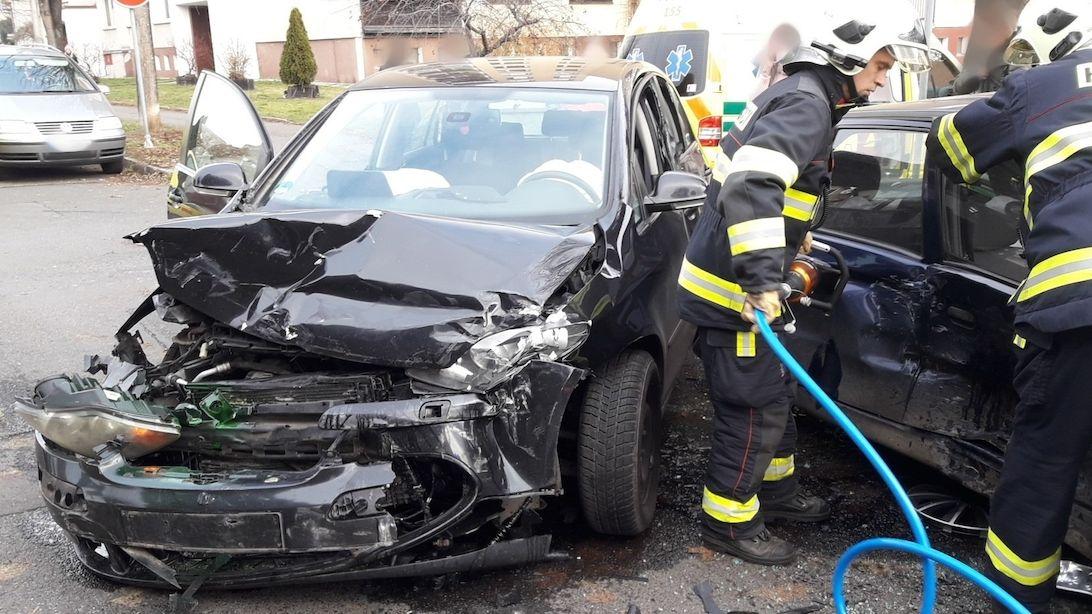 Auto v Opavě dostalo smyk a narazilo do protijedoucího vozu, zraněné vyprošťovali hasiči