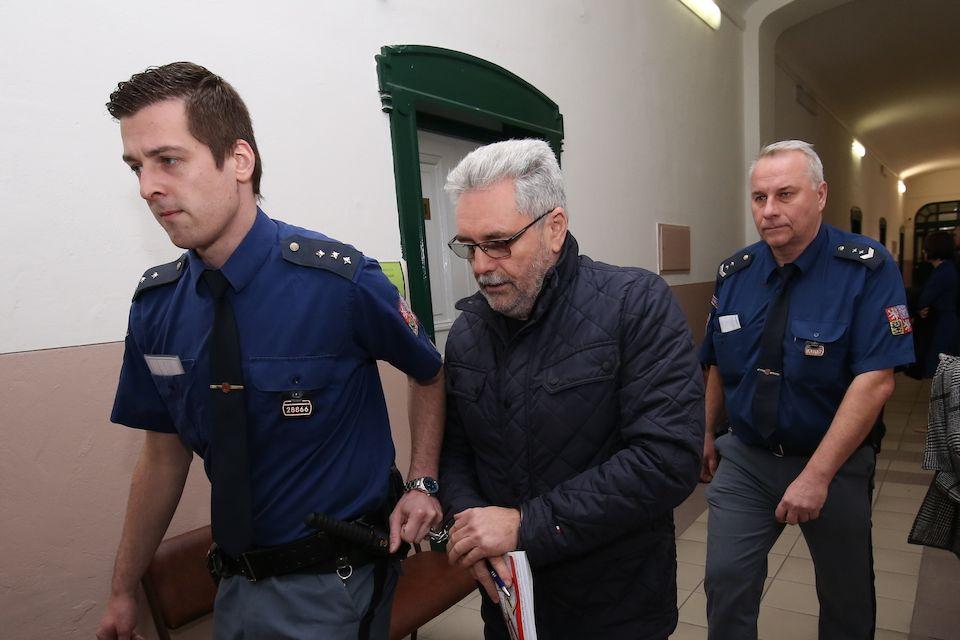 Obžalovaného Vladislava Větrovce přivedla k soudu vězeňská služba.