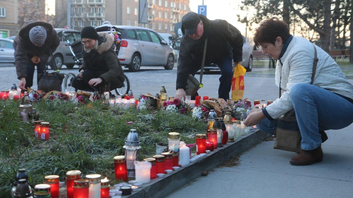 Před ostravskou nemocnicí vzniklo pietní místo, lidé tam nosí svíčky
