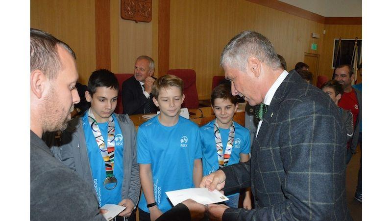 Medailisté letní olympiády dětí amládeže přijali gratulaci od zástupců Moravskoslezského kraje