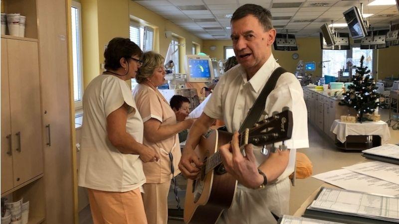 Pacientům Dialýzy Šumperk přišel zazpívat koledy primář skolektivem zdravotníků