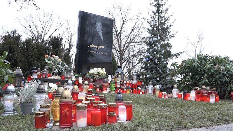 Z hrobu Karla Gotta se ztratila soška slavíka. Mizí i dárky