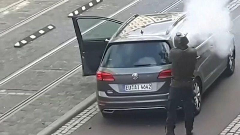 Útočník z Halle byl nešika. Choval se chaoticky, zbraně mu selhaly