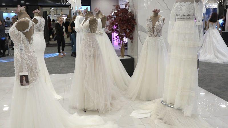 Svatebním trendům vládnou holá záda, rozparky i peří