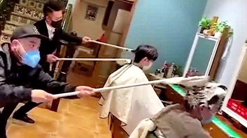 Čínští holiči bojují proti strachu z koronaviru. Vyzbrojili se tyčemi