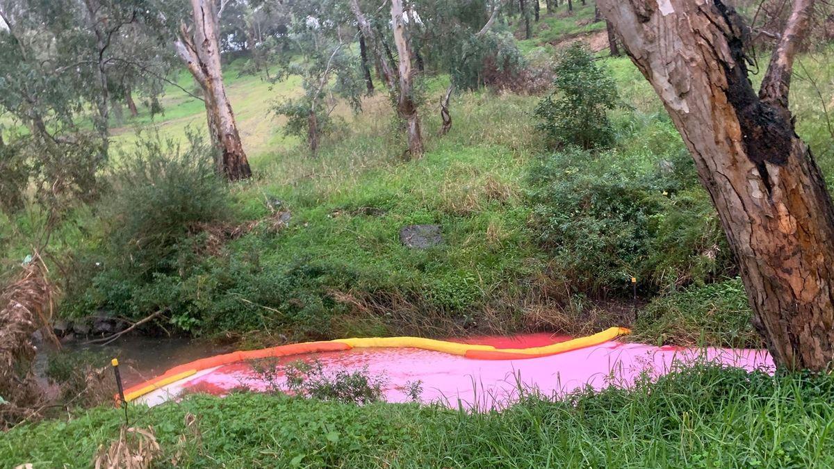 Potok v Austrálii má sytě růžovou barvu, nikdo zatím neví proč