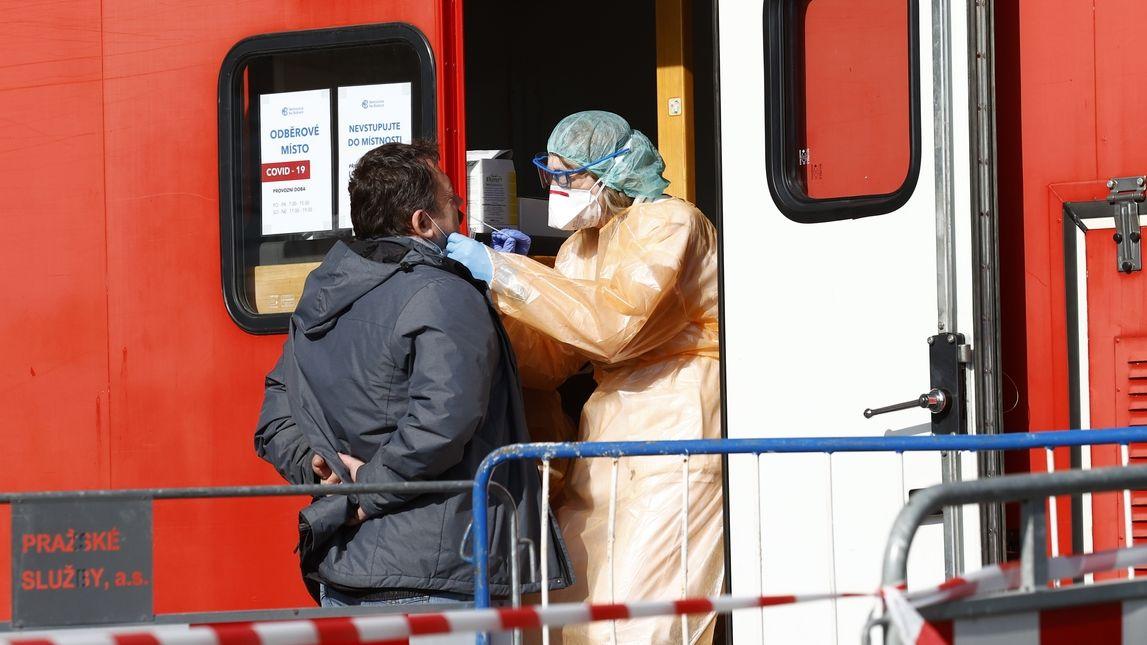 Počet testů v Karlovarském kraji zaostává, případů je naopak dvojnásobek