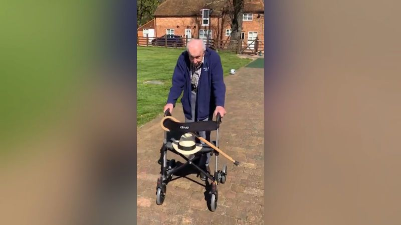 Britský veterán získal se sbírkou pro lékaře dva světové rekordy