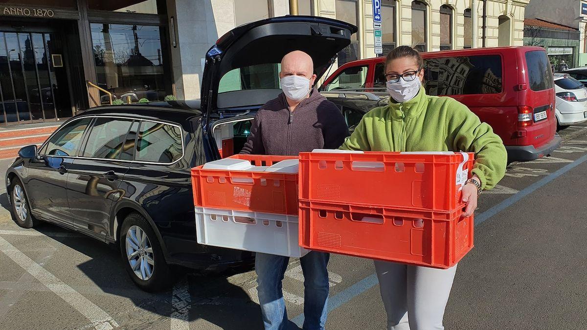 V Brně rozvážejí obědy zdarma důchodcům i záchranářům