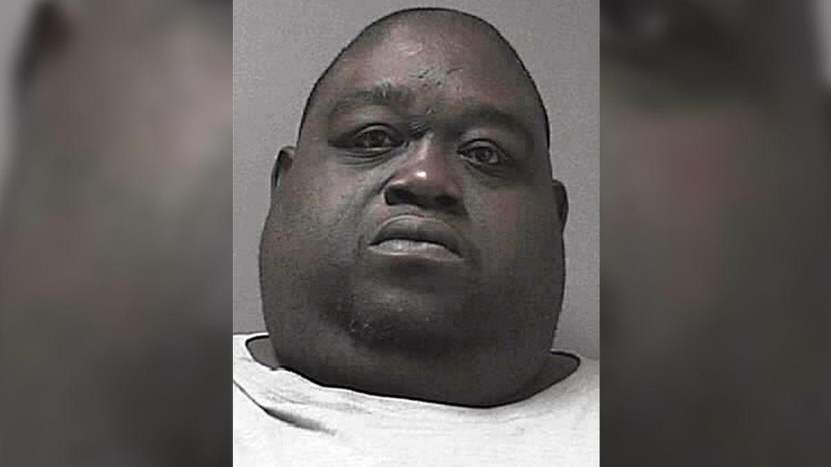 Dvousetkilový tlouštík schoval marihuanu a kokain do záhybů svého těla