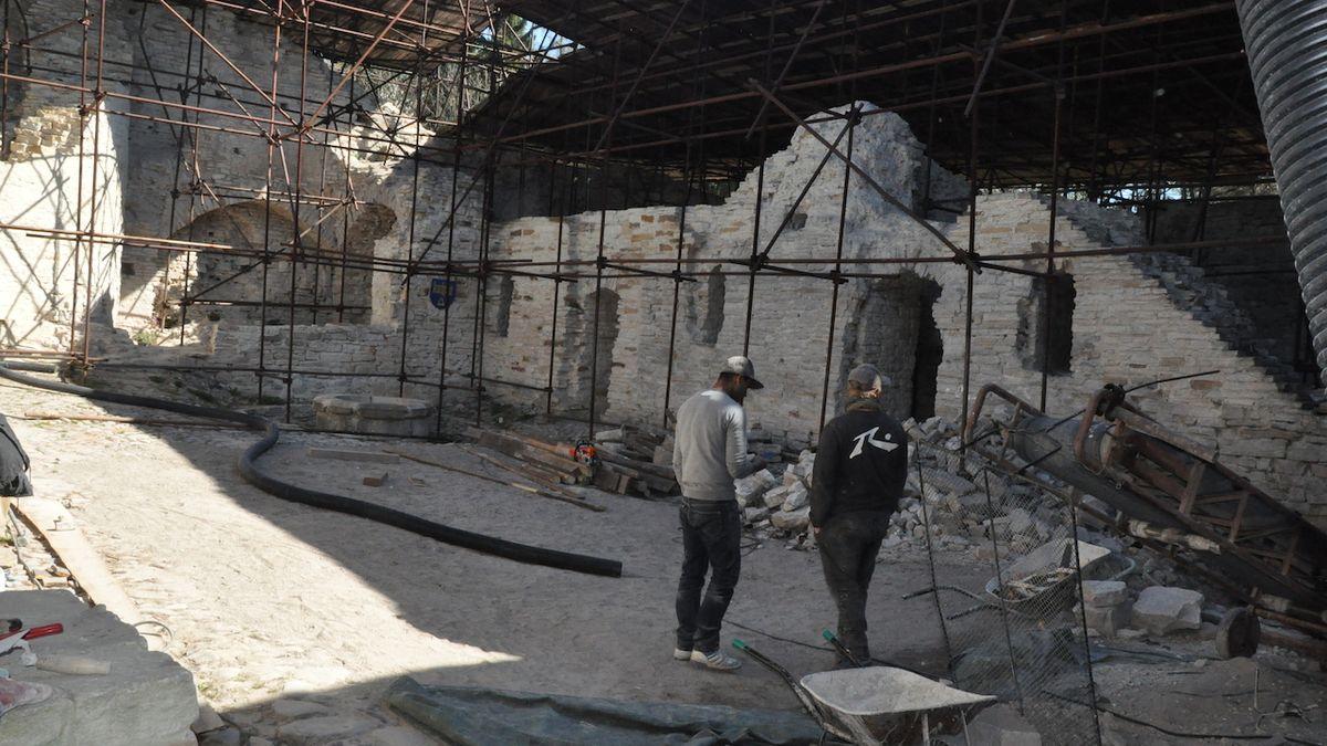 Učitel ručí za středověký hrad v Podkrkonoší vlastním domem