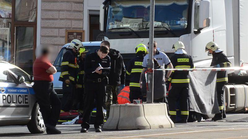 Policie obvinila ženu, která převáděla slepce. Muž zemřel pod kamionem