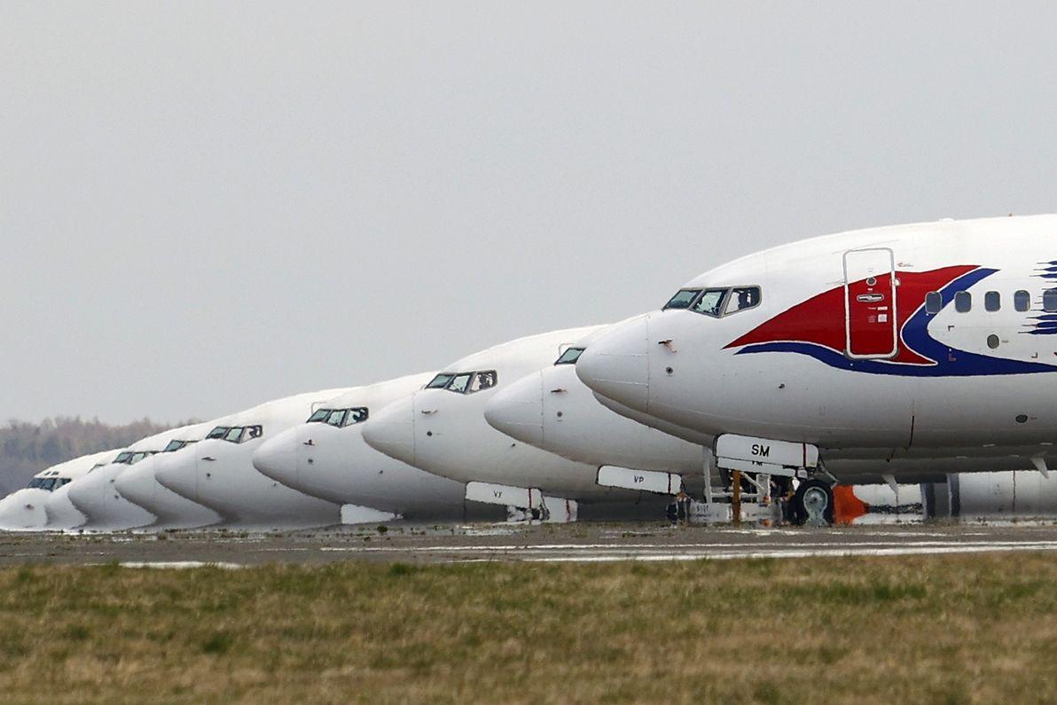 Zaparkovaná letadla 29. března 2020 na letisti Václava Havla v Praze. Letecké společnosti v důsledku zavření hranic a omezení cestování ruší lety.
