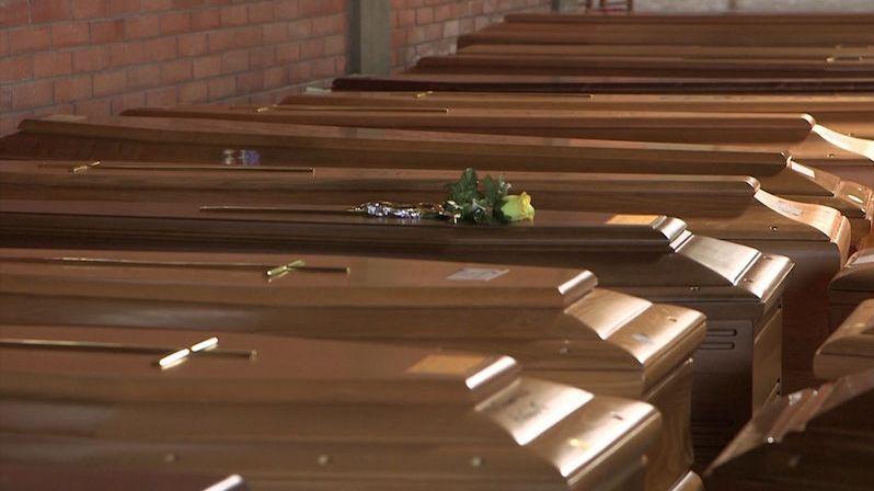 Vitrína pohřební služby na parte je v Chebu plná