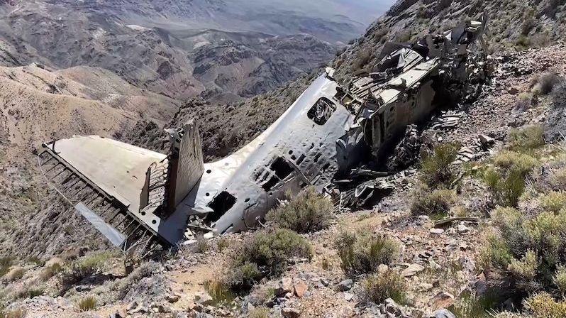Při procházce Údolím smrti objevil vrak letadla, které převáželo dokumenty CIA