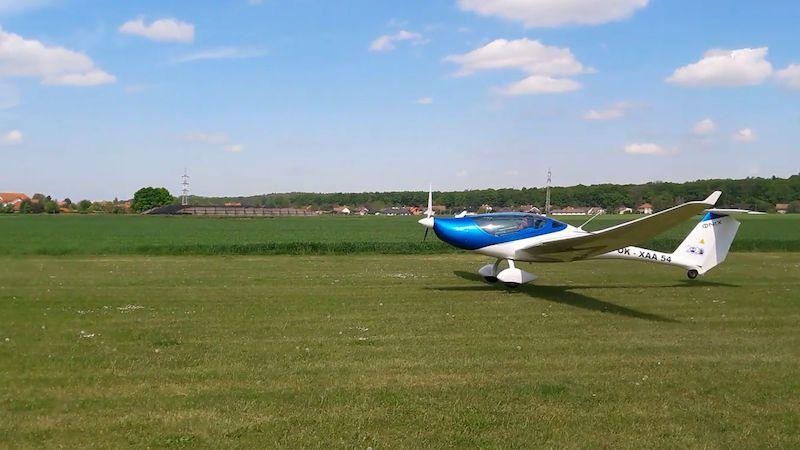 Elektrické letadélko se poměřilo s Kašparovým blériotem