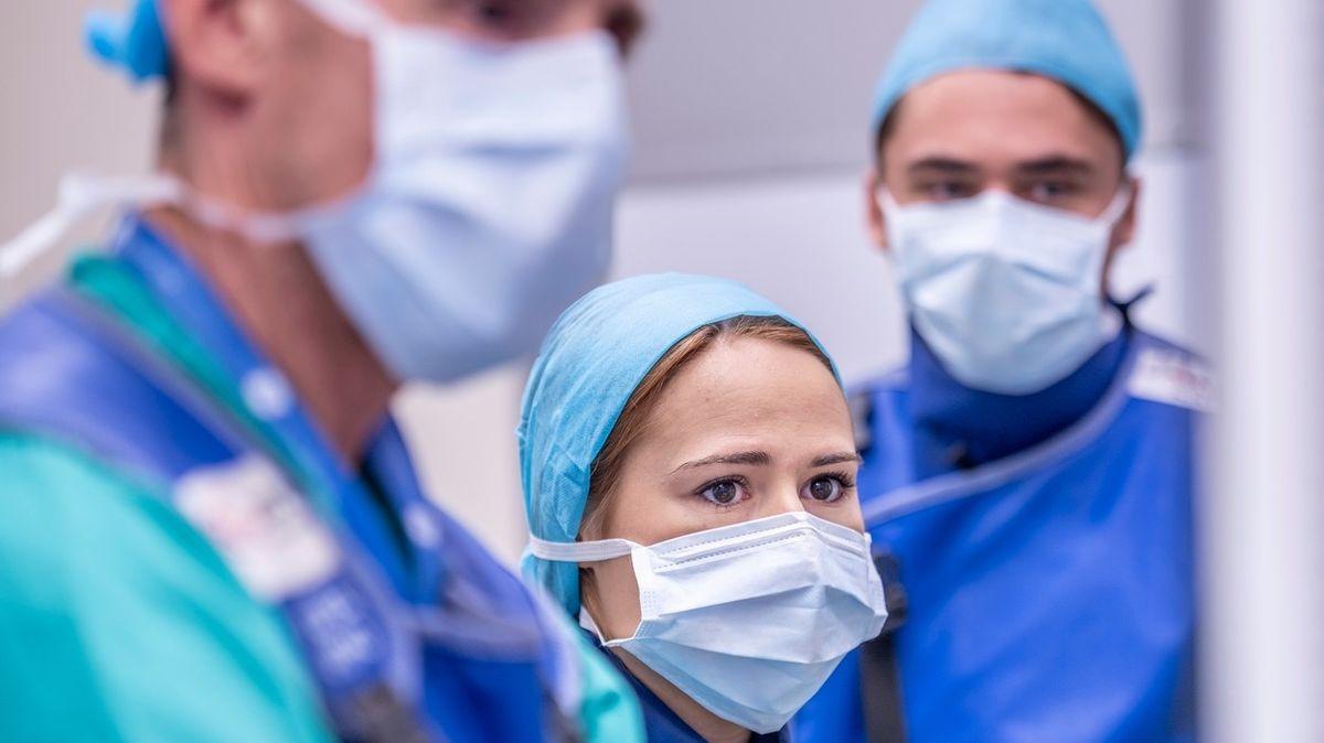 Nemocnicím s nedostatkem roušek pomáhají i televizní štáby