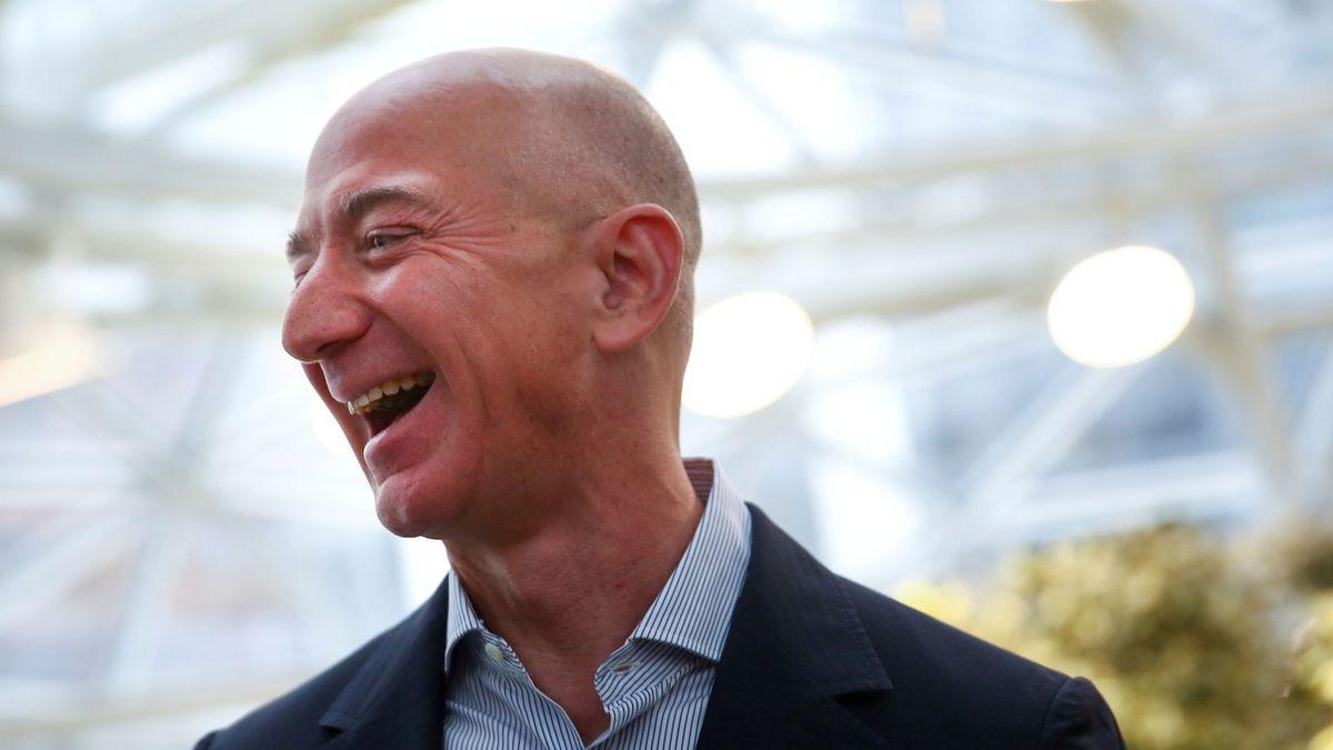 Zakladatel Amazonu Bezos opustí funkci výkonného ředitele