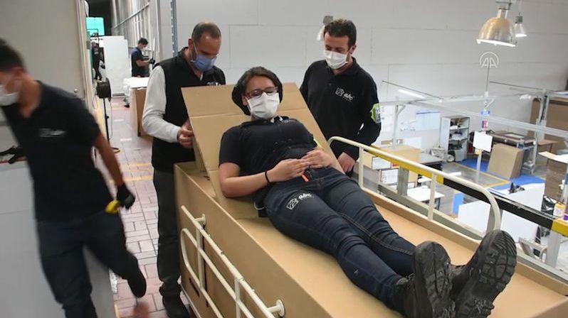 Bizarní zlepšovák pro pandemii: Z kartonové postele je za chvíli rakev
