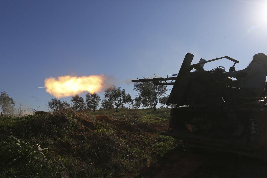 Tureckem podporvaní vzbouřenci pálí z děla u syrského města Sarákib