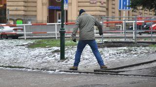 Meteorologové varovali před náledím a silným sněžením