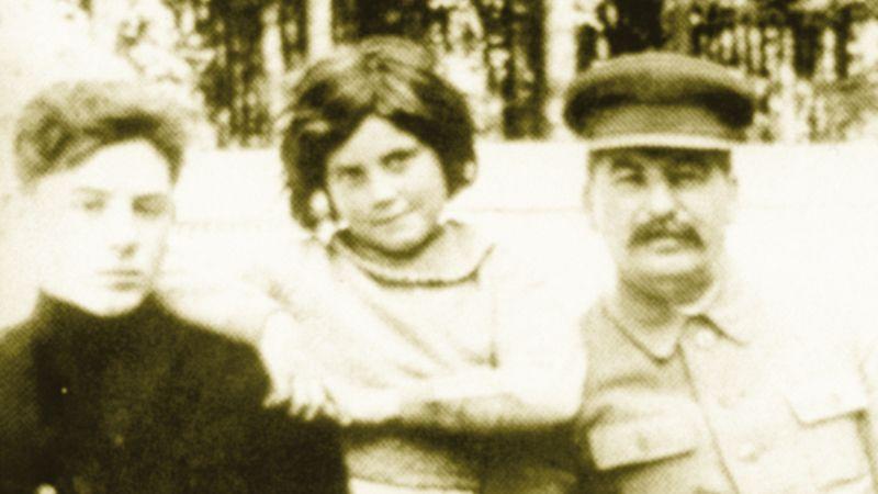 Vrátím se, pohrozil Stalin z plakátu jako legendární Terminátor