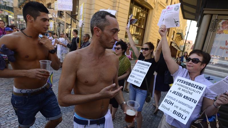Bohužel hru hned na jednom z trhů zakázali kvůli scénám gay sexu.