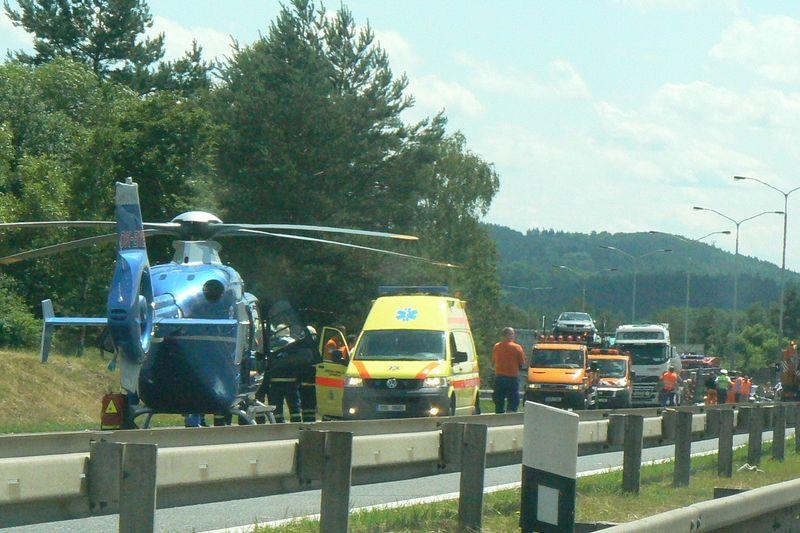Vrtulník záchranné služby u nehody na dálnici D1