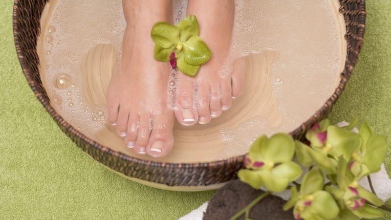 I nohám je třeba věnovat pravidelnou péči, při pocení a zápachu o to víc.