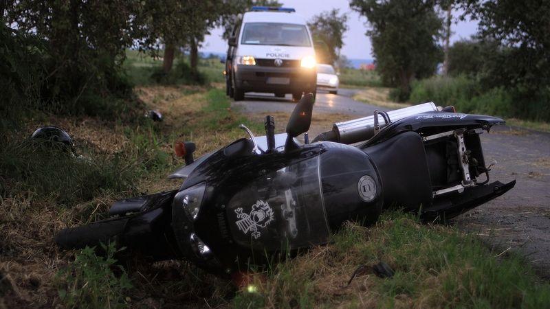 V příkopě na Nymbursku našel řidič mrtvého motorkáře