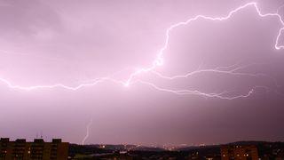 Česko zasáhnou silné bouřky s přívalovými dešti a krupobitím, varovali meteorologové