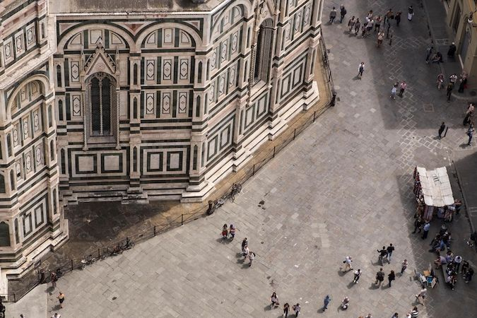 Pohled na Piazza del Duomo ve Florencii ze zvonice katedrály Santa Maria del Fiore.