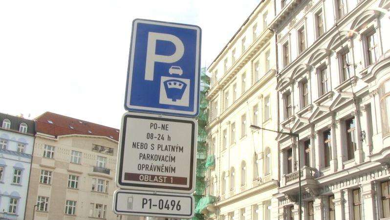 Praha dostala pokutu za pravidla pro parkování hybridů