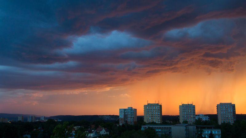 Meteorologové rozšířili výstrahu před silnými bouřkami