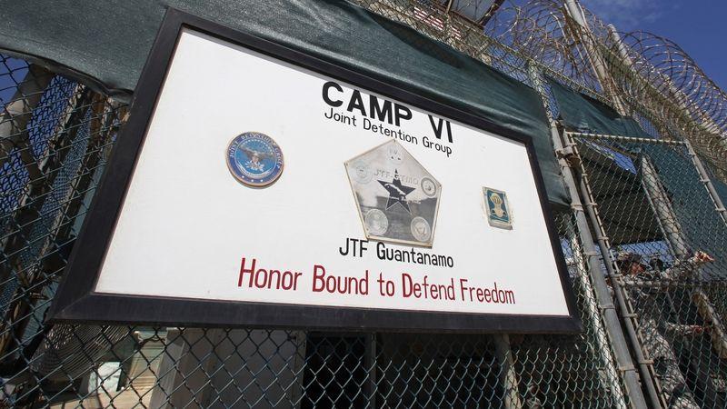 Vchod do Tábora 6 americké věznice Guantánamo na Kubě.