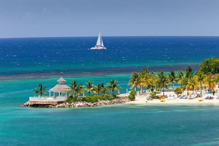 Málokdo odolá fotkám jamajského pobřeží, když se v České republice krčí rtuť teploměru v místech okolo nuly.