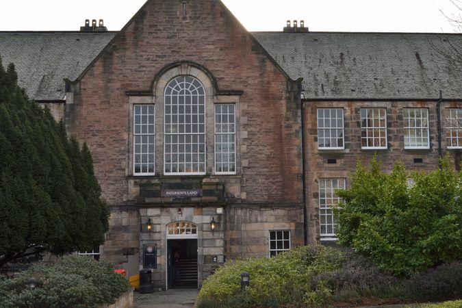 Budova Edinburské univerzity, kde se vyučuje čeština