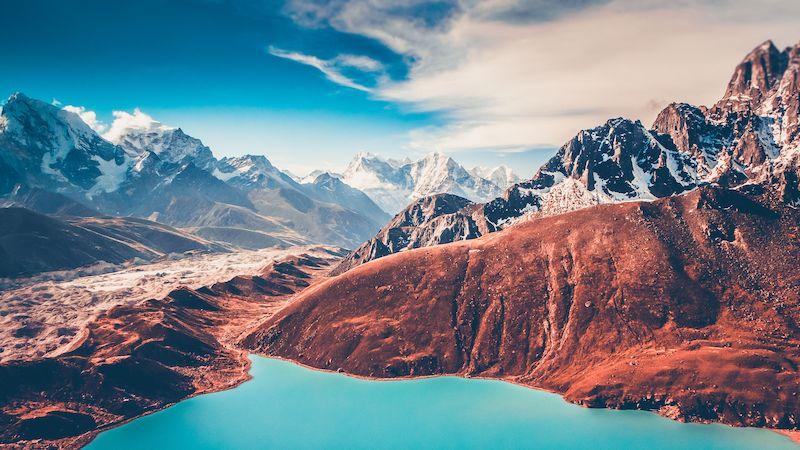 """Pohled na nepálskou část Himálaje je úchvatný i z hory vysoké """"jen"""" 5 360 metrů."""